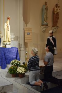 Deacon Robert Rodriguez and his wife Minda pray at the International Pilgrim Virgin Statue during its stop at Corpus Christi Church in Galesburg on Sept. 16. (The Catholic Post/Tom Dermody)